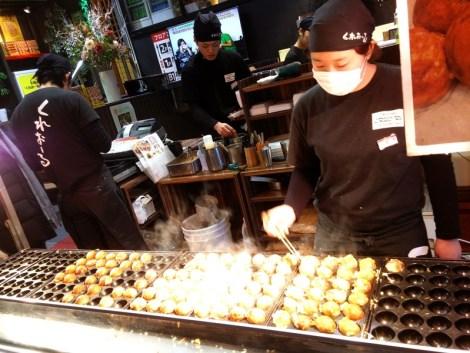 penjual takoyaki di dotonbori osaka