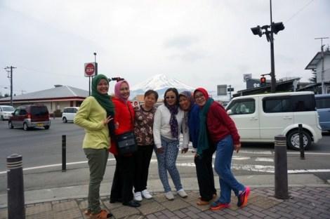 peserta tour ke jepang di gunung fuji