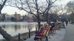 peserta tour ke jepang menikmati suasana danau taman di tokyo