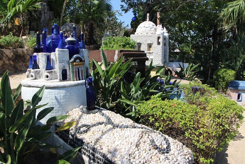 надгробие в виде храма из бутылок
