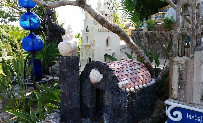надгробие в виде дома из ракушек