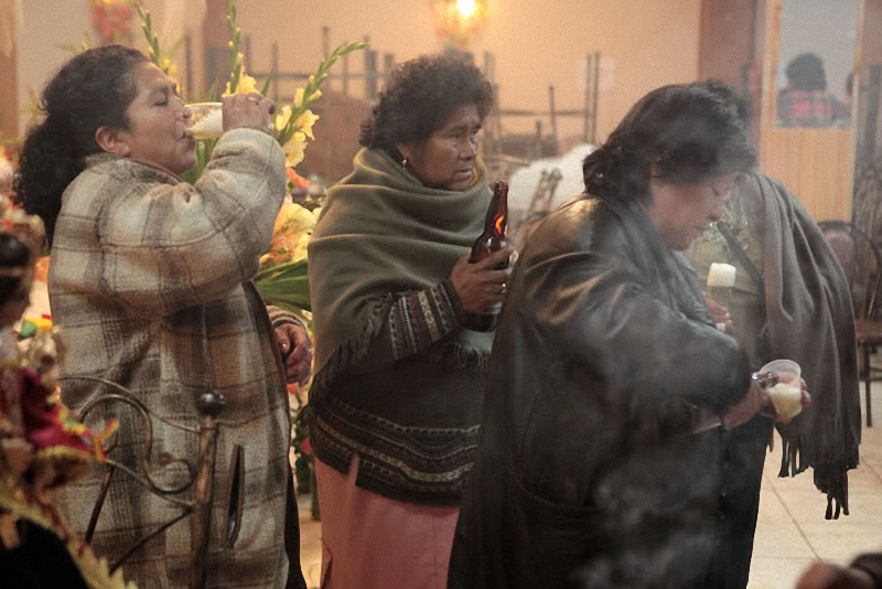 Боливийки пьют пиво перед карнавалом