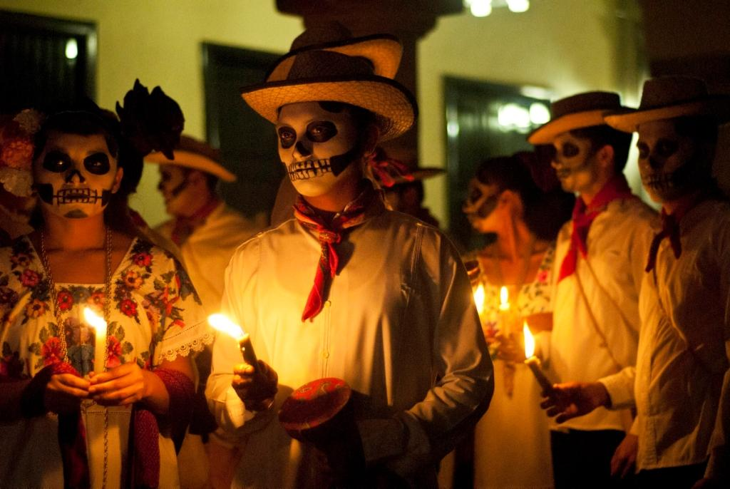 группа людей в карнавальных костюмах