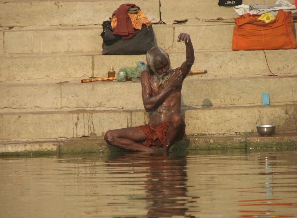 индус совершает омовение в Ганге
