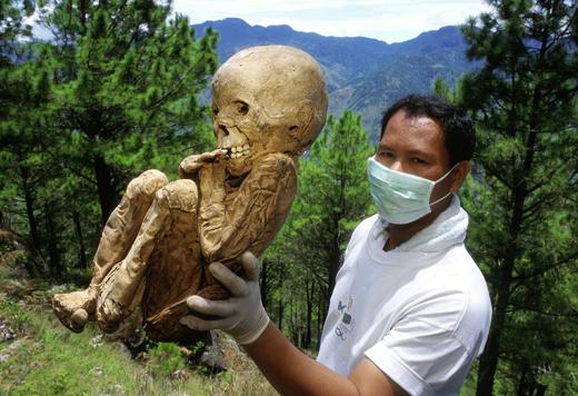 археолог с мумией