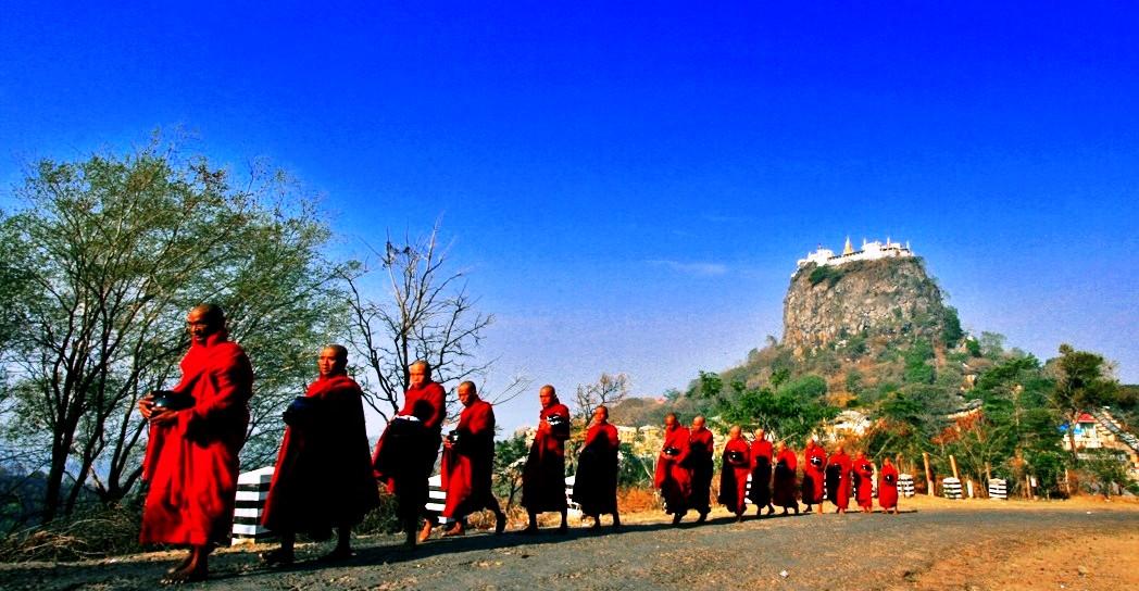 монахи у горы попа