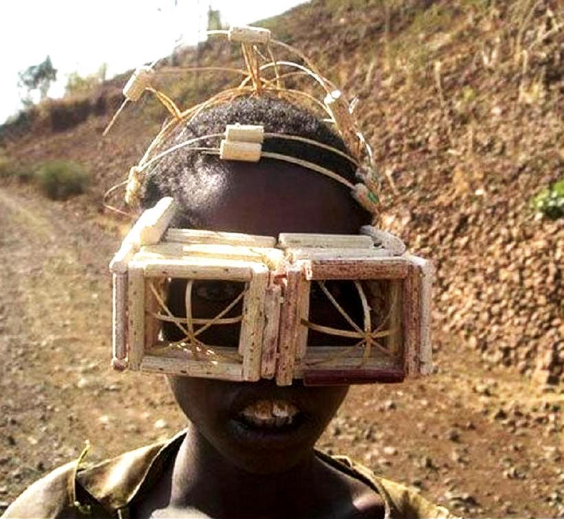 туземец в картонных очках