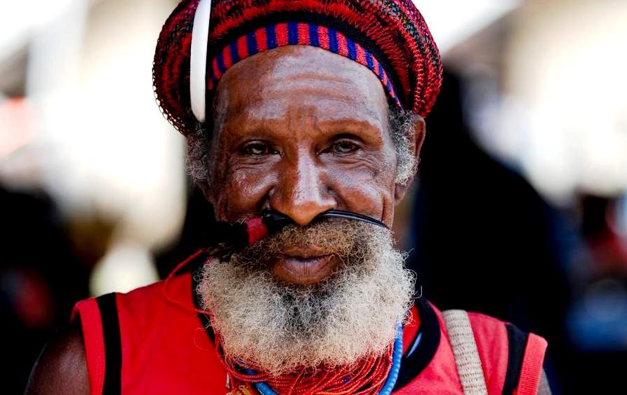 пожилой модник папуас