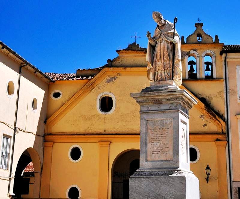 статуя епископа