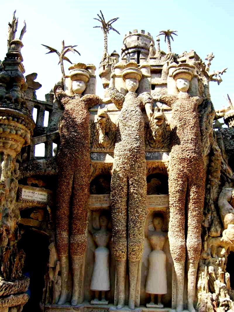 скульптуры замка шеваля