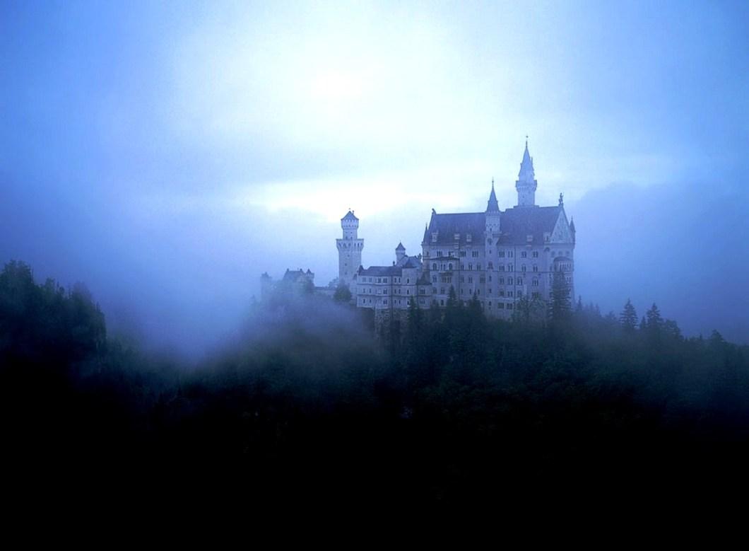 туман над замком нойшванштайн