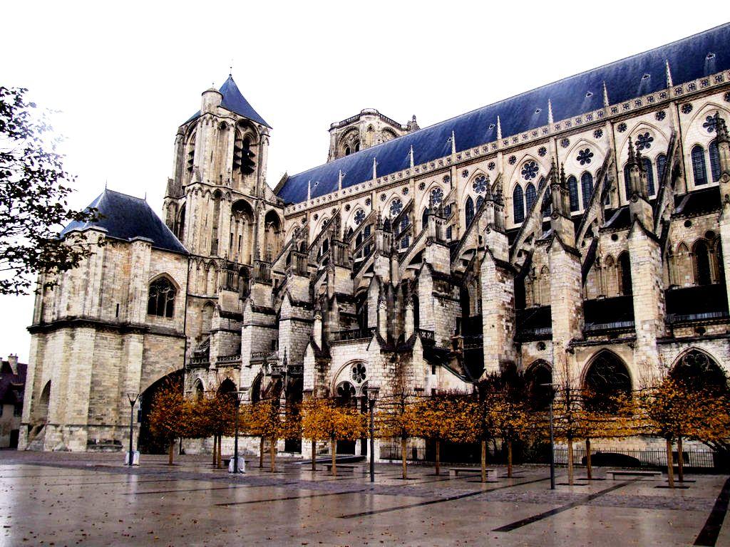 панорама собора в бурже