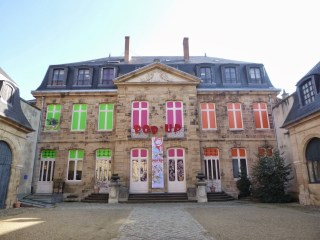Visiter Moulins musées (illustration jeunesse, costume de scène)
