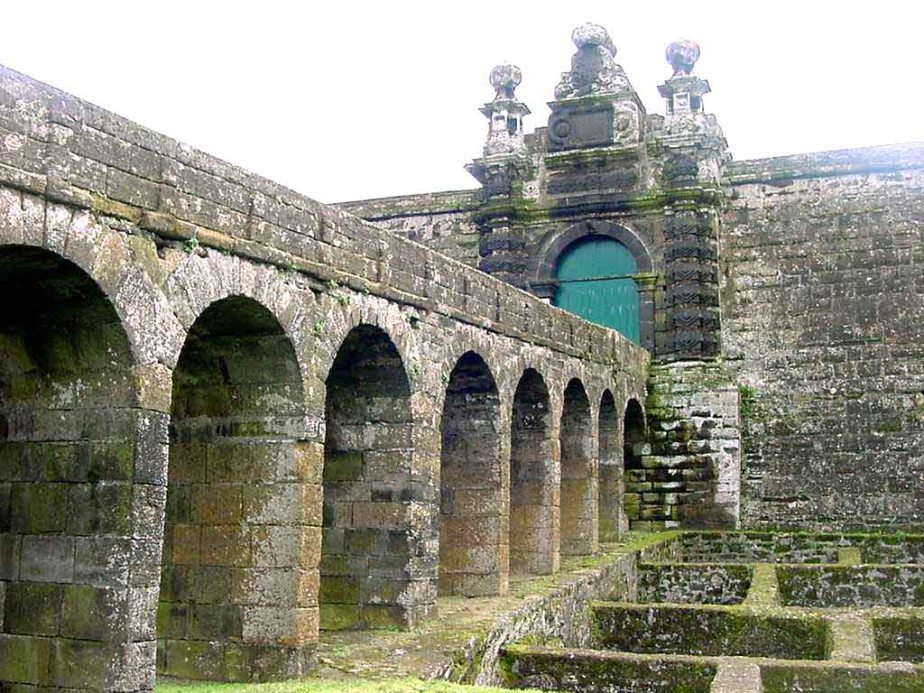 This image has an empty alt attribute; its file name is fortaleza_de_sc3a3o_joc3a3o_baptista_monte_brasil_ilha_terceira_ac3a7ores_porta_de_armas.jpg