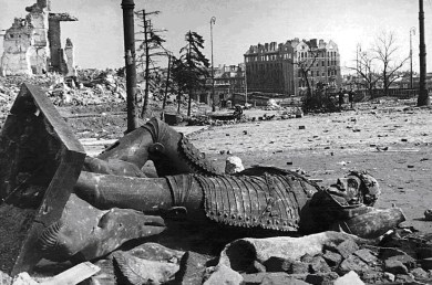 1945 - the ruins of the Column