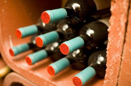 Un casier en brique rouge contenant des bouteilles