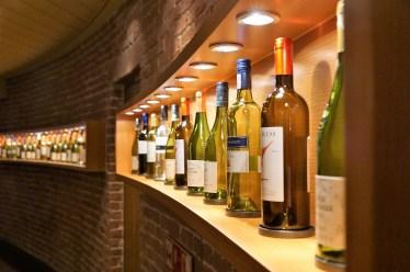 Une vitrine à vin très éclairée