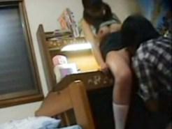 【妹部屋盗撮動画】家庭内盗撮の流出…JC妹の部屋に仕掛けた隠しカメラに映った衝撃の展開www