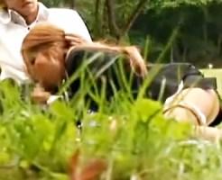 【OL青姦盗撮動画】公園で昼休憩に弁当食わずに彼氏のチンポを食うビッチ過ぎるギャルOLを隠し撮りww