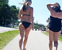 【海外水着盗撮動画】小さい黒ビキニ水着で海岸通りを歩くハミ尻外人をストーキング背後撮り盗撮ww