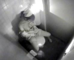 【オナニー盗撮動画】ナースが病院の夜回りで女子トイレに篭もり指オナニーを暗視カメラで盗撮ww