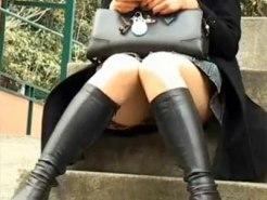【パンチラ盗撮動画】デニムスカートにブーツの黒髪女子を隠し撮り…むっちり太ももが強烈にエロい街撮りww