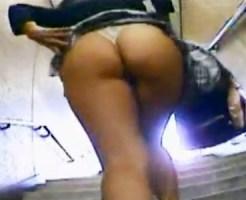 【パンチラ盗撮動画】風チラもココまで行くと性犯罪wwデカ尻の素人がTバック丸出しで駅階段を歩いてるww