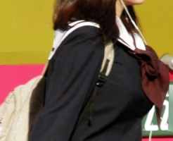 【着衣巨乳画像】オッパイの発育がヤバい制服ごしでもわかる女子校生の着衣巨乳を街撮り隠し撮りww
