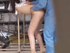 【レイプ盗撮動画】誰も居ない工場で我慢出来ずオシッコした女性…整備士にバレて汗臭い男とセックス…