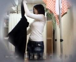 【素人着替え盗撮動画】ファミレス更衣室の隠しカメラでニット着衣巨乳のHカップ店員の乳を接写撮りww