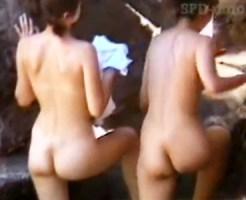 【露天風呂隠撮動画】黒髪ツインテールの女の子が露天風呂で日焼け跡が残る美尻少女を隠し撮りww