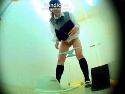 【女子校生おしっこ隠撮動画】使用中女子トイレに限界膀胱ww慌てて入った瞬間にお漏らしww