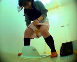 【お漏らし隠盗動画】学校の女子トイレに駆け込む女子校生…間に合わずウンコをパンツに漏らすww