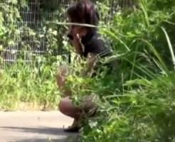 【無修正盗撮動画】トイレに間に合わず友達と電話するフリしながら野ションする素人を隠し撮りww