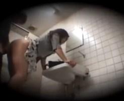【無修正隠撮動画】電車痴漢され断れない美人OLが駅構内のトイレでセックスした女を隠し持ったカメラで撮影…