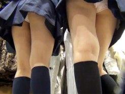 【パンチラ隠撮動画】高画質カメラで撮影…学校帰りの女子校生で賑わう店内で入れ食い隠し撮りww