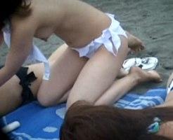 【海隠撮動画】ビキニ水着が外れてることに気付かずに勃起乳首を隠し撮りされた素人女子ww