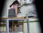 【オナニー隠撮動画】自宅のキッチンで料理する妹の様子がおかしいと気付いた兄が撮影した結果ww