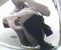 【おしっこ隠撮動画】和式トイレで放尿したあと様子がおかしい女子校生…指先でオナニー開始を隠し撮りww