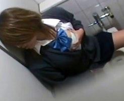 【トイレオナニー隠撮動画】女子トイレに篭って指オナする女子校生を隣の個室から隠し撮りww