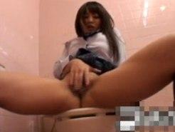【オナニー隠撮動画】公衆トイレでスゴイ開脚しながら指オナする女子校生の使い込んでそうなおまんこww