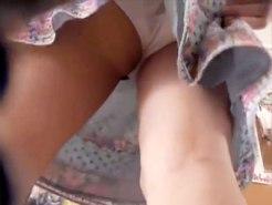【逆さ撮り隠撮動画】お尻から割れ目にかけて綿パンツが食い込むまんすじを見せた素人のパンチラ隠し撮りww