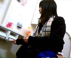 【おしっこ隠撮動画】チョロチョロ音もバッチリ収録…本当に可愛い女子校生のトイレ中を隠しカメラ撮りww