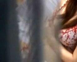 【民家盗撮動画】自宅の窓が開いてる素人女子がオナニーを開始…カーテンの隙間から見える生々しい映像ww