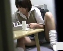 【妹オナニー盗撮動画】自室を隠し撮りされている妹…女子校生が鼻クソほじった手でオナニー開始ww