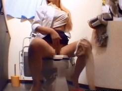 【トイレオナニー盗撮動画】金髪で勤務するOLが女子トイレに入り放尿後に激しい自慰行為を隠しカメラ撮りww