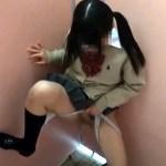 【JKおしっこ盗撮動画】女子高生たちの悪ふざけww公衆トイレで立ちしょうべんしてる様子を隠しカメラ撮りww