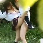 【JK青姦盗撮動画】セックスが好きそうな巨乳女子校生が昼間の公園で青姦してるところを隠し撮りww