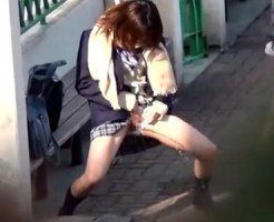 【JKお漏らし盗撮動画】学校構内で女子校生が友人と悪ふざけ…下着の上からオシッコ漏らす瞬間を隠し撮りww