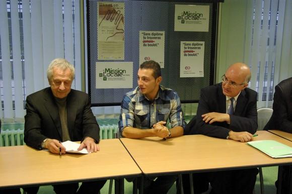 Jean-Pierre Masseret, Président de Région, Thomas Chevilley, le salarié et Nacer Meddah, Préfet de lorraine lors de la signature du premier contrat. Photo : Tout-Metz